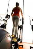 Close up de uma mulher que usa um deslizante e treinando em um gym Imagens de Stock Royalty Free