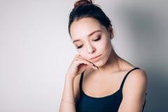 Close-up de uma mulher triste e deprimida bonita profundamente no pensamento fora fotografia de stock royalty free