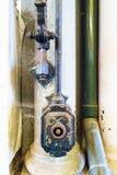 Close-up de uma peça velha do mecanismo do sistema para aumentar e abaixar toldos e das cortinas cobertas com as Web de aranha e  Fotos de Stock Royalty Free