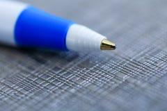 Close up de uma pena de esferográfica, profundidade de campo rasa com foco sobre Fotografia de Stock Royalty Free