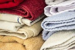 Close-up de uma pilha de toalhas coloridas imagem de stock