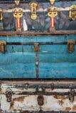 Close-up de uma pilha de troncos azuis e brancos do vintage imagem de stock royalty free