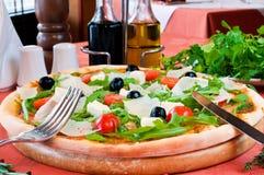 Close up de uma pizza com prosciutto Imagem de Stock Royalty Free