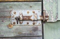 Close up de uma porta de celeiro de madeira rústica velha Fotos de Stock