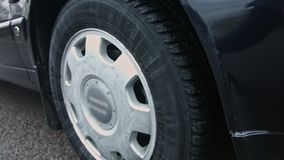 Close up de uma roda de carro com um pneumático do inverno vídeos de arquivo