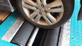 Close up de uma roda de carro na máquina do verificador do freio video estoque