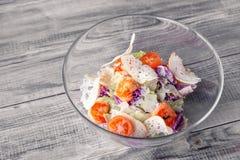 Close-up de uma salada de Caesar clássica com camarões grelhados, alface de iceberg, pão torrado, tomates, couve chinesa Conceito imagem de stock royalty free