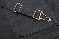 Close up de uma sarja de Nimes preta com elementos e as emendas de cobre fotos de stock
