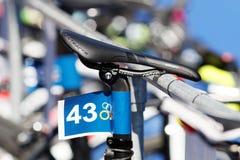 Close-up de uma sela da bicicleta em uma bicicleta do triathlete Imagens de Stock Royalty Free