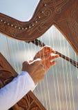 Close up de uma senhora nova que joga uma harpa fotografia de stock