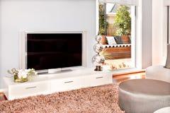 Close up de uma televisão na sala de visitas moderna de um hou luxuoso Imagens de Stock