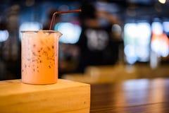 Close up de uma xícara de café no fundo da cafetaria Foto de Stock