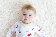 Close-up de uns dois ou tr?s meses do beb? idoso com olhos azuis Criança recém-nascida, pouco sorriso adorável e atento fotografia de stock royalty free