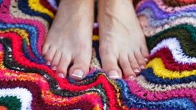 Close up de uns pés fêmeas com o pedicure francês branco em pregos vídeos de arquivo