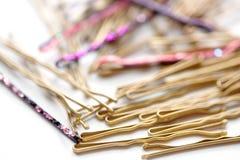 Close up de vário Bobby Pins decorativo fotos de stock royalty free