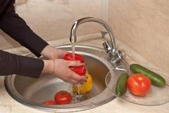 Close-up de vegetais de lavagem Imagens de Stock Royalty Free