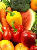 Close-up de vegetais e de frutas frescos e suculentos foto de stock royalty free