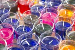 Close-up de velas amarelas e vermelhas nos suportes de vidro Imagem de Stock Royalty Free