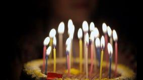 Close-up de velas do aniversário no bolo vídeos de arquivo