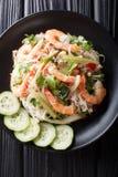 Close up de vidro de Yum Woon Sen da salada do macarronete na placa Vista superior vertical imagens de stock