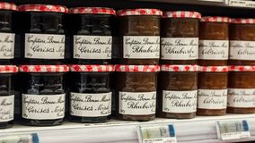Close up de vidros do doce do maman do bonne, o tipo francês no supermercado de Cora Foto de Stock Royalty Free