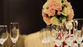 Close-up de vidros de vinho cena Vidros de vinho vazios no restaurante elegante no fundo do ramalhete bonito das flores vídeos de arquivo
