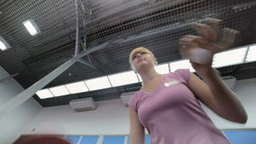 Close-up, de vrouw die de tennislijst spelen bij het hof stock footage