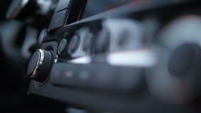 Close-up De vrouwelijke hand drukt de controleknopen van radiostations in auto4k Langzame Mo stock video