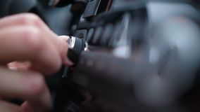 Close-up de vrouwelijke hand spint een volumerol in auto4k Langzame Mo stock footage