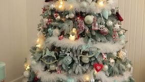 Close-up decorado da árvore de Natal Ano novo Bokeh video estoque