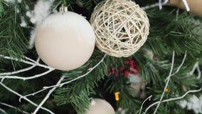 Close up decorado da árvore de Natal Bolas vermelhas e douradas e festão iluminada com lanternas elétricas filme