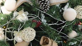 Close up decorado da árvore de Natal Bolas vermelhas e douradas e festão iluminada com lanternas elétricas video estoque