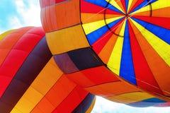 Close up dentro de dois balões de ar quente coloridos foto de stock