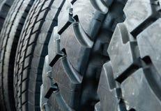 Close up deteriorado e rachado do pneu da roda imagens de stock
