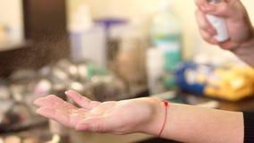 Close-up die desinfecterende vloeistof op de handen bespuiten stock footage