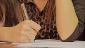 Close-up die informatie neerschrijven, die documenten, overeenkomst ondertekenen stock video