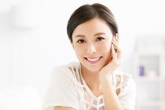 Close-up die jong vrouwengezicht glimlachen stock afbeelding
