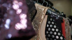 Close-up die kleren op rek met hangers met verschillende colorfu schieten stock videobeelden
