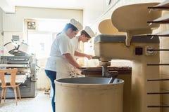 Close-up die op bakker in bakkerij pretzelbrood vormen royalty-vrije stock foto