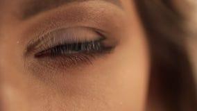 Close-up die op groen oog van het jonge vrouw rond kijken schieten stock footage