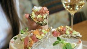 Close-up die schieten: een heerlijke ruwe visschotel, de teer van de zalmteer met avocado in shell op een plaat met ijs stock videobeelden