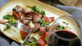 Close-up die schieten: een smakelijke vleesschotel op een plaat, het rundvlees van het rundvleesbraadstuk met paprika's en groene stock video