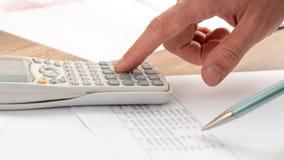 Close-up die van accountant een berekening doen stock foto's