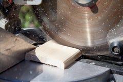close-up die van blad is ontsproten Timmerman Using Circular Saw voor hout royalty-vrije stock afbeeldingen