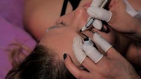 Close-up die van cosmetologist microblading procedure maken Permanente make-up Het permanente tatoe?ren van wenkbrauwen stock video