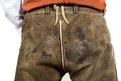Close-up die van de Beierse mens vuile leerbroek dragen Stock Afbeelding