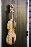 Close-up die van een akoestische gitaar is ontsproten fretboard en soundhole stock fotografie