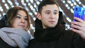Close-up die van Gelukkig paar tot videogesprek maken aan hun familie op de Nacht van het Nieuwjaar met gelukwensen, Kerstmis en  stock video