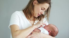 Close-up die van gelukmoeder pasgeboren baby op haar wapens houden Gelukkig moederschap, moeder en kind, slaapbaby stock footage