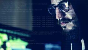 Close-up die van hakker aan computer werken stock fotografie